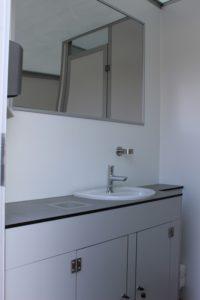 Ansicht von innen - Waschbecken und Spiegel